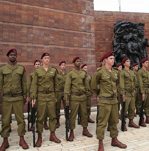 """חיילים עומדים דום בטקס יום השואה בהר הרצל. צילום: עמוס בן גרשום, לע""""מ."""