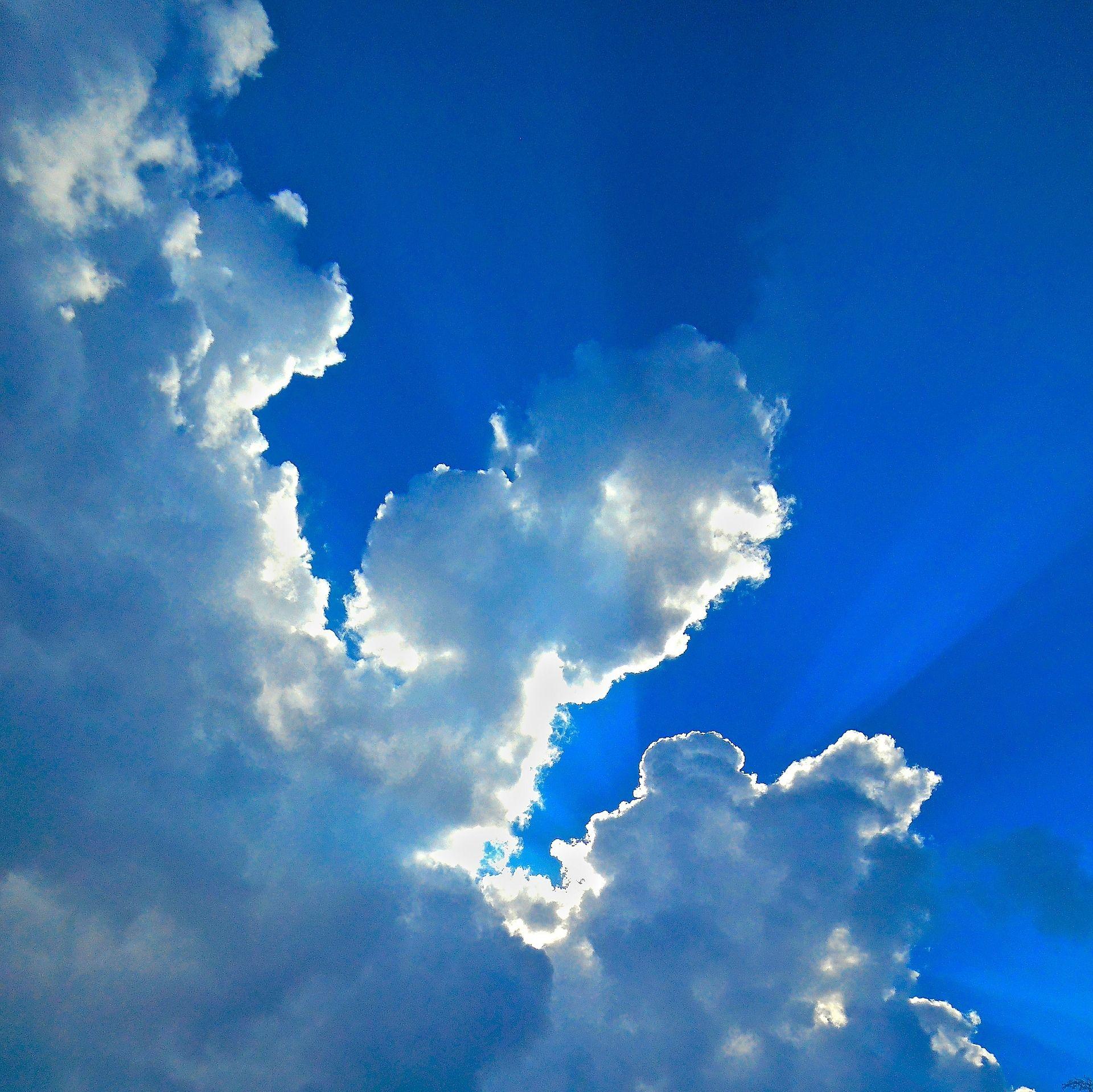 קרני שמש חודרות מבעד לעננין , צילום: Pixabay