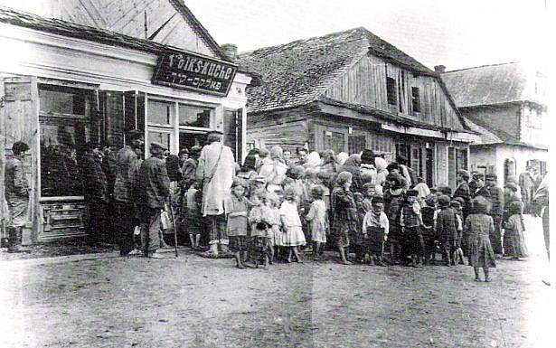 תור לבית תמחוי בעיירה לובומל בווהלין שבמזרח פולין (כיום באוקראינה), 1917.  מתוך ויקיפדיה