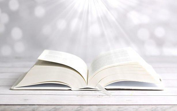 ספר עם קרני אור מאירות מלמעלה, צילום Pixabay