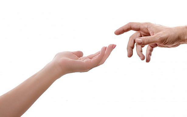 ידיים מושטות אחת לשנייה, צילום: Pixabay