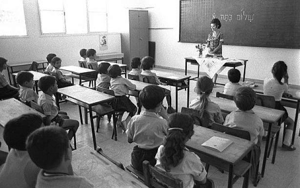 1ST GRADERS DURING THEIR FIRST DAY AT SCHOOL AT   LOD ELEMENTARY SCHOOL.  ôúéçú ùðú äìéîåãéí áòéø ìåã. áöéìåí, úìîéãé ëéúä à' áéåí äøàùåï ììéîåãéäí.