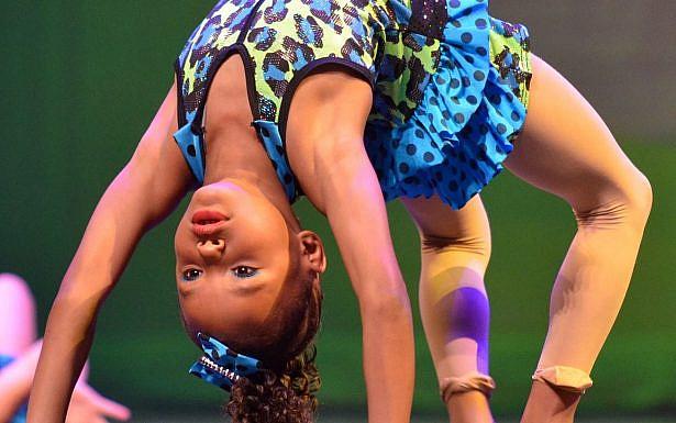 ילדה עושה תרגילי גמישות צילום: Pixabay