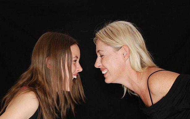 אמא ובת צוחקת אחת מול השנייה, צילום: Pixabay