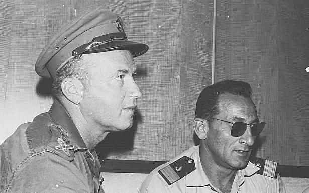 יצחק רבין ומפקד חיל הים האלוף שלמה אראל, 1967 (תמונה: ניר מאור, מוזיאון ההעפלה וחיל הים, ויקימדיה)