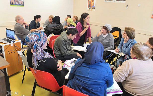 בתמונה: עבודת התלמידים בהתנדבות עם העולים באולפן