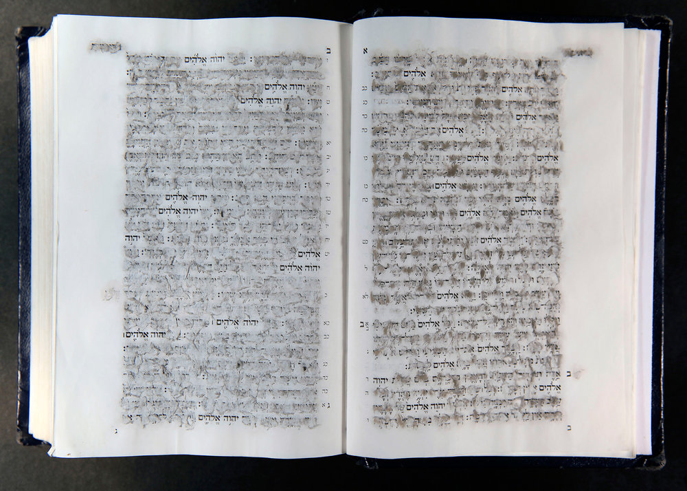 """אתי לוי, עולם אחר, 2014. ספר תנ""""ך מחוק באצטון (התמונה מתוך גלריה אלפרד)"""