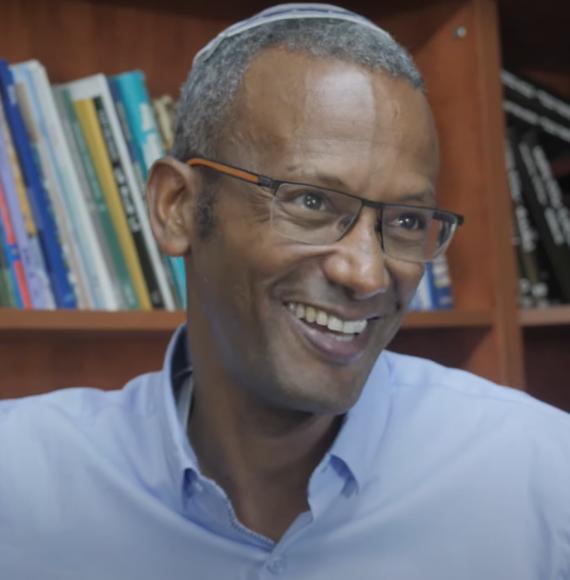 """""""מבקשים מהקהילה האתיופית להפסיק את המנהגים שלה, זה אבסורד"""". הרב ד""""ר שרון שלום (צילום מתוך """"דוקותיים"""", כאן)"""