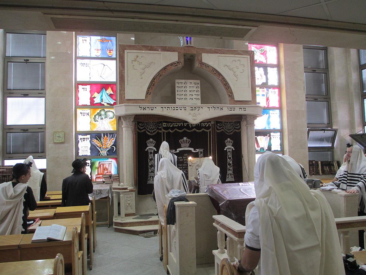 """תפילה במניין בבית הכנסת איצקוביץ' בבני ברק. צילום: ד""""ר אבישי טייכר, ויקיפדיה"""