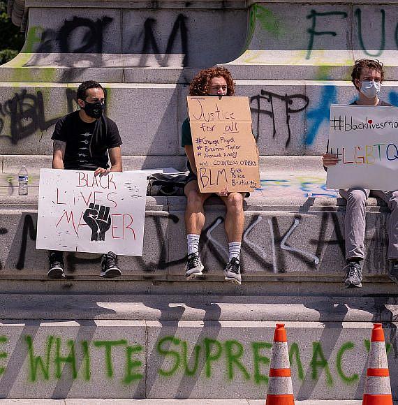 הרס אנדרטאות במהלך הפגנות השחורים בארצות הברית. photo by: Mobilus In Mobili