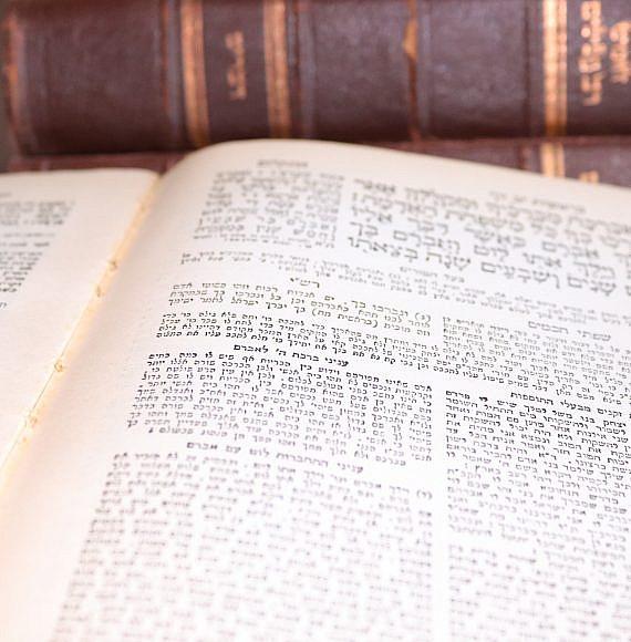 """לא רק """"מה ללמוד"""", אלא """"מדוע"""". חומש בראשית (צילום: נעמה פרידמן, מתוך Pixbay)"""