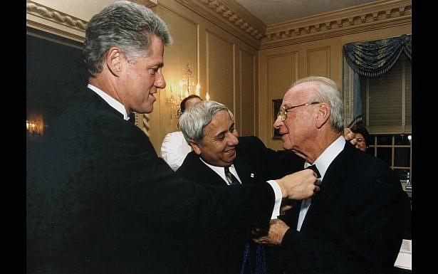 """נשיא ארה""""ב ביל קלינטון ואיתן הבר עונבים עניבת פרפר לראש הממשלה יצחק רבין, טרם תחילת ארוע בוושינגטון, ארה""""ב. צילום: אבי אוחיון, לע""""מ"""
