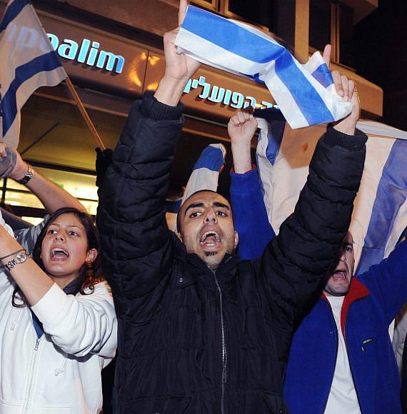 """מפגינים מחזיקים דגלי ישראל, צילום: מרק ניומן, לע""""מ"""