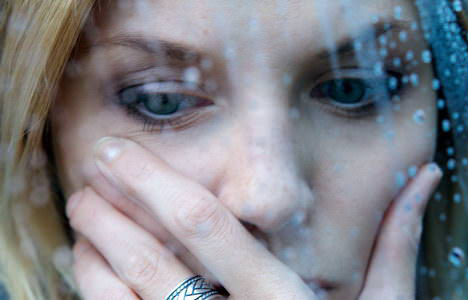 פעילות פנים - אישה עצובה