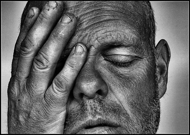 פעילות פנים - גבר סובל