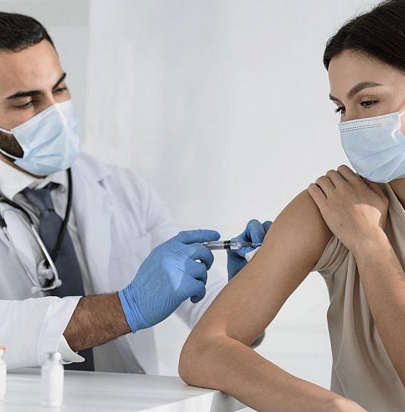 אישה מקבלת חיסון כנגד נגיף הקורונה, צילום: freepik