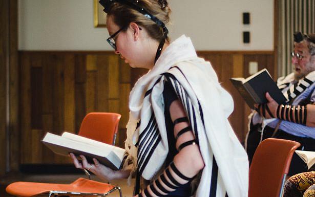 אישה מניחה תפילין וטלית , צילום: AGUDAS ACHIM CONGREGATION