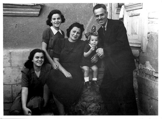 משפחת כלב, בולגריה 1944 ההורים: בוקו (שלמה) ובוקיצה; האחיות (מימין לשמאל): הרצלינה (הרצי), מטילדה (מדי) ונינה.