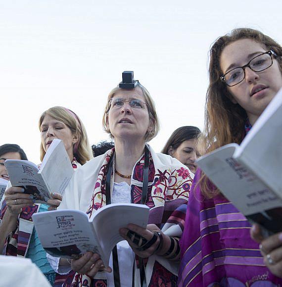 נשים מתפללות בכותל. צילום: יוכי רפפורט, מתוך ויקיפדיה