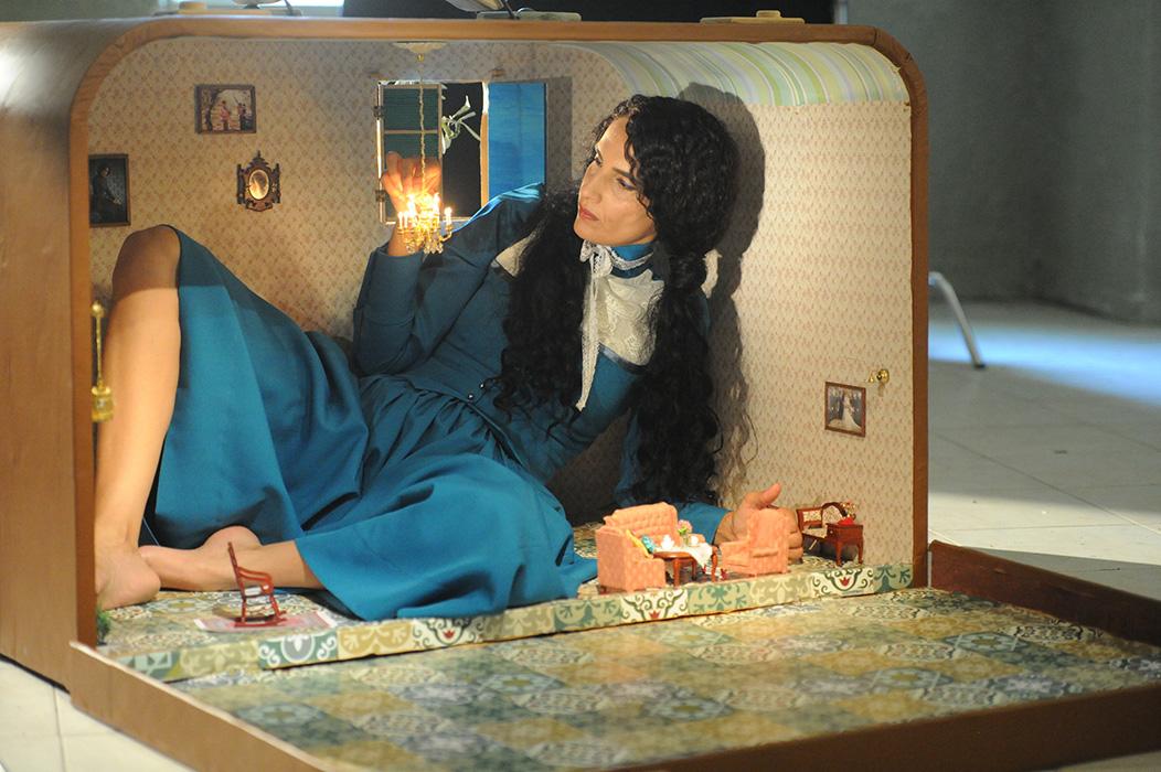 """ראידה אדון, בית בתוך מזוודה, 2018. תצלום סטילס מתוך עבודת הווידאו """"זרות"""""""