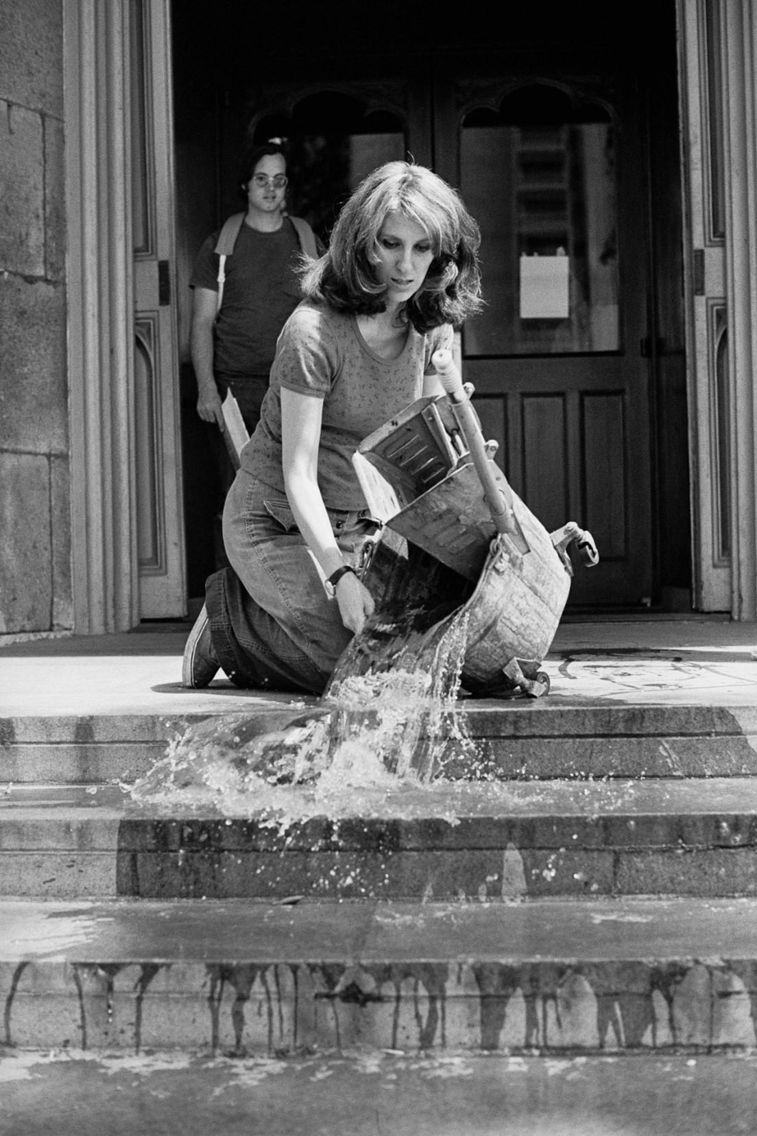 מירל לדרמן-יוקלס, אמנות תחזוקה, 1973. תצלום שחור לבן, תיעוד מייצג. אוסף האמנית וגלריה רונלד פלדמן, ניו-יורק