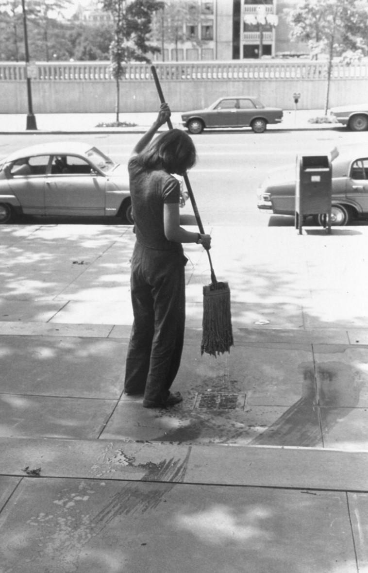 מירל לדרמן-יוקלס, אמנות תחזוקה, 1973.בשנות השבעים יצרה האמנית היהודייה מירל לדרמן-יוקלס את 'סדרת מיצגי אמנות תחזוקה' הקאנונית שכללה שטיפת רצפות במוזיאון ומחוץ לגלריות וניקוי מוצגים במוזיאון. במיצגים קונספטואליים אלה הפכה האמנית את עבודת הבית והשירותים לכדי יצירת אמנות